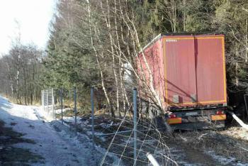 Ke zraněnému řidiči se museli hasiči proklestit lesním porostem