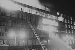 V roce 1974 se pražský Veletržní palác změnil ve skleněné peklo