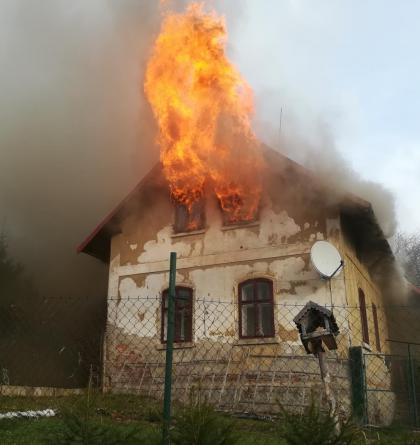 Požár rodinného domu v Držkově ukázal, co umí. Hasiči taky.