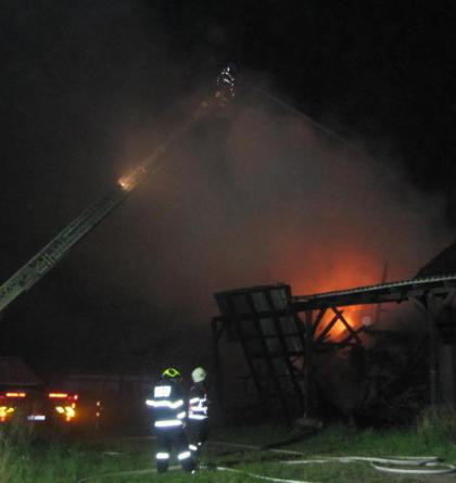 Noční požár skladovací haly na Náchodsku. Hasiči zachránili co se dalo