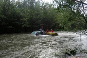 Z auta si málem udělal ponorku. Řidič vjel úmyslně do řeky (VIDEO)