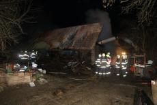 Devět jednotek bojovalo v Nedašově s požárem seníku. Majitel to sám nezvládl