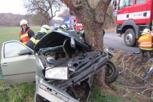 Zraněného řidiče museli hasiči z vraku vystříhat. Skončil ve vrtulníku a v nemocnici