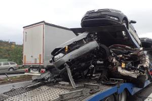 Nehoda dvou kamionů na plzeňské dálnici. Jeden vezl auta, druhý granulát