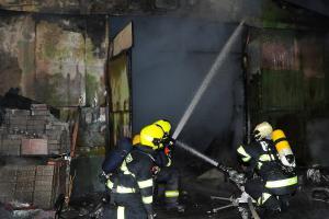 Požár v Praze 4 zničil vybavení dílny včetně nosných částí a střechy (VIDEO)