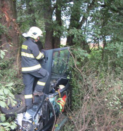 Osobní automobil sjel z cesty a zastavily ho až stromy nad potokem