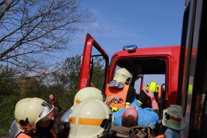 Nehoda autobusu, osobního auta a cisterny prověřila spolupráci složek IZS