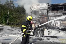 Kamion přijel natankovat a začal hořet. Zapálil i druhý