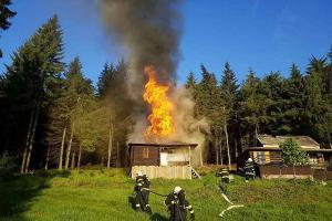 Pardubicko: Nedělní ranní požáry řádily v bytě, neušetřily ani chatu