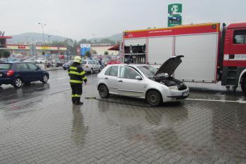 Překvapení pro řidičku. Mladé mamince se začalo v kabině vozu dýmit