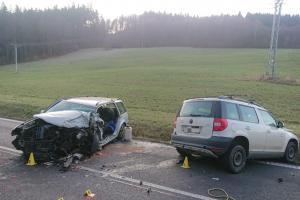 Smůla nadělovala dvěma řidičům osobáků. Po bouračce skončili v nemocnici