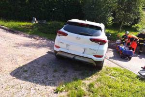 V Dlouhoňovicích řidičku uvěznilo její auto, přimáčklo ji k zídce