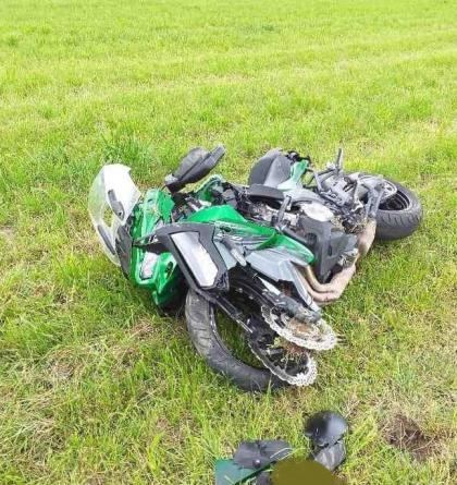 Motorkář nedojel, zranil sebe i spolujezdkyni. Stalo se v Javorníku