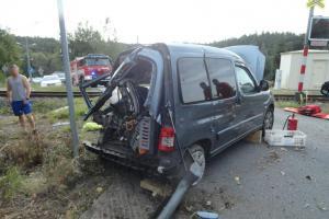 V Červeném Kostelci se střetl vlak s osobním vozem, dvě zraněné osoby