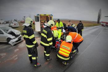 Kolize dvou osobáků a tři zranění. K nehodě u Vrbčan letěl i vrtulník (VIDEO)