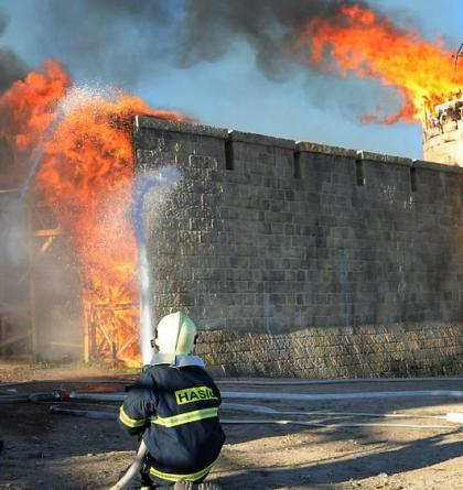 S ohněm na Barrandově bojovala i vodní děla. Shořely kulisy za 100 milionů