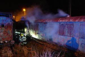 Oheň si pochutnával na historickém vagónu v Jaroměři. Dlouho ale ne