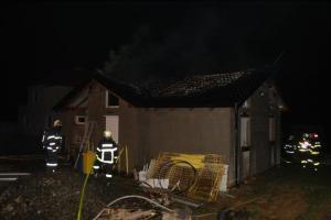 Noční požár střechy novostavby rodinného domku v Bobrovníkách