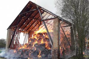 V Záluží u Třemošné shořela stodola, zřítila se i střešní konstrukce