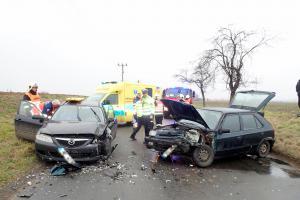 Čelní srážka dvou osobáků: Pět zraněných lidí u obce Rataje