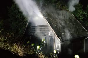 Velké sousto pro oheň. V pražské Hostivaři hořela dvoupatrová chata