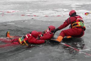 Ostravští hasiči využívají ideální ledové podmínky na hlučínské štěrkovně