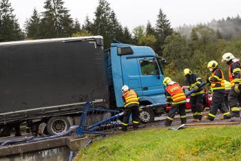 Havárie kamionu u Starých Hamrů. Nafta v řece Ostravice (VIDEO)