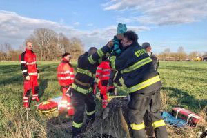 Hasiči v Pardubicích vytahovali dítě, spadlo do čtyř metrů hluboké skruže