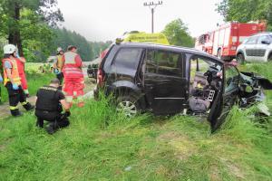 U Chroustníkova Hradiště zemřeli po nehodě dva lidé, třetí osoba těžce zraněná