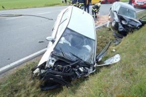 Dopravní nehoda u Čínova. Čelní srážka zranila oba řidiče osobáků
