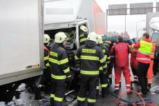 Hasiči vyprošťovali řidiče náklaďáku, který narazil do dalšího nákladního auta