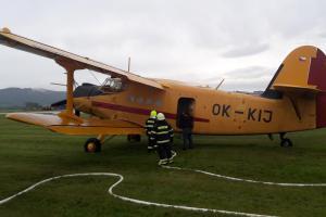 Profíci i dobráci procvičovali plnění hasičského letadla