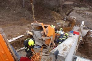 Zásobník na beton zavalil na stavbě muže, hasiči ho vyprostili